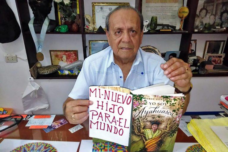 Хорхе Гонсалес со своей книгой «Я - Аяваска»